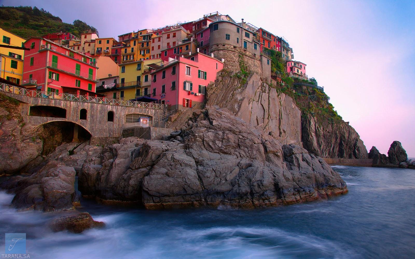 منازل ملونة على البحر