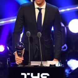 الجابر مشاركاً في حفل جوائز الفيفا ويقدم جائزة الجمهور ( بيرو )