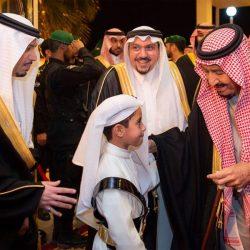 خادم الحرمين يشارك في أداء العرضة السعودية