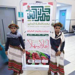 زوار معرض الصقور والصيد السعودي يحلقون مع الصقر في سماء الرياض