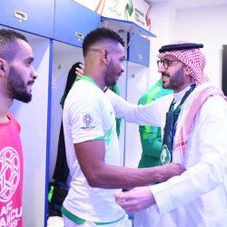 الأمير عبدالعزيز الفيصل يدعم المنتخب السعودي من الملعب