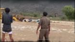 بالصور .. شجاعة مواطن تنقذ 3 من السيول الهادرة لوادي نيرا