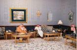 خادم الحرمين يزور أخاه الأمير مقرن بن عبدالعزيز في قصره