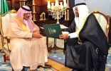 سمو أمير الباحة يتسلّم التقرير السنوي لفرع مؤسسة البريد السعودي بالمنطقة