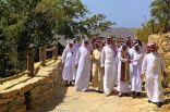 وزير البيئة يزور قرية ذي عين بالباحة ويتسلم بعض منتجاتها