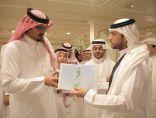 نائب أمير المدينة .. يتسلم نسخة من برنامج ( في رحاب طيبة ) لقناة اقرأ