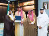 أمير الباحة يسلم أول رخصة سياحة زراعية .. لـ بن عباس مالك مزرعة الزيتونة