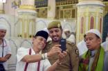 """حاج يوثق زيارته للمسجد النبوي بـ """"سيلفي"""" مع رجل أمن"""