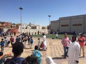مدرسة كبيرة شمال جدة بدون مظلات تحمي الطلاب من الشمس .
