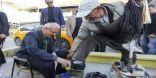 وزير تركي يلمّع حذاء مواطن.. وهذا أول تعليق لمُلمِّع الأحذية