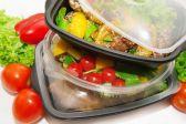 """هل وضع الأطعمة والمشروبات الساخنة في علب وأكواب بلاستيكية يسبب السرطان؟ رئيس """"الغذاء والدواء"""" يجيب"""