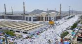 مسجد نمرة يكتسي البياض في يوم عرفة