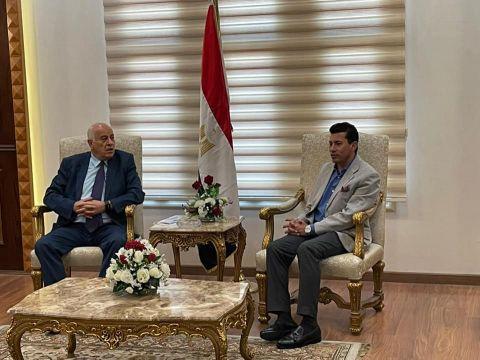 وزير الشباب والرياضة المصري يستقبل نظيره الفلسطيني بمطار القاهرة