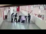 بالفيديو: معلم ينقذ طالب من الموت