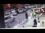 شاهد بالفيديو : إهمال ( الأم ) لطفلها ماهي نتيجته !!