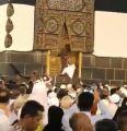 """شرطة مكة توضح فيديو """"الحاج"""" الذي قفز إلى عتبة باب الكعبة"""