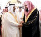 الأمير محمد بن عبدالرحمن يؤدي صلاة الميت على الشيخ عبدالمحسن آل الشيخ ويقدم العزاء لأسرته