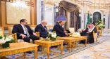 خادم الحرمين الشريفين يتسلم رسالة من الرئيس المصري
