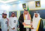 أمير الباحة يسلم رخصة تشغيل منتجع سياحي