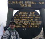طالب سعودي يصعد قمة أعلى جبل في إفريقيا.. ويكشف عن حلمه القادم