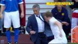 بالفيديو … مورينيو يقتحم الملعب ويعرقل لاعباً!