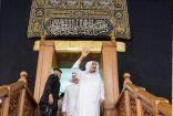 صورة تاريخية للملك سلمان وهو يلقي التحية على الحجاج بعد غسل الكعبة