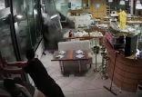 كيف حاول عمال مطعم التصدي لموجة ضخمة بعد عاصفة بإيطاليا