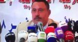 بالفيديو.. صحفي يمني يلقي الحذاء في وجه وزير الحوثيين المنشق