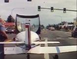 قائد طائرة يهبط في طريق سريع بواشنطن ويتوقف أمام إشارة ضوئية