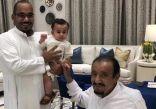 صورة عفوية لخادم الحرمين مع الأمير تركي بن هذلول