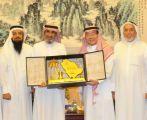 السفير الصيني بالمملكة يرتدي الزي السعودي أثناء استقباله ضيوفه على مائدة الإفطار