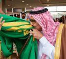 خادم الحرمين يقبّل العلم ويشارك في أداء العرضة بمهرجان الملك عبدالعزيز للإبل