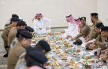 وزير الداخلية يستقبل قادة أمن العمرة ويتناول معهم الإفطار بجوار المسجد الحرام