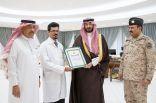 الأمير عبدالله يقلد د . البارقي وسام الملك فهد
