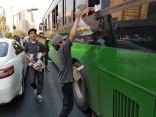 فريق لمسة خير التطوعي يوزع ٦٠٠ هدية يوميا لزوار بيت الله الحرام والمعتمرين