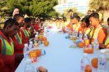 """مواطنون يخدمون عمال النظافة في  """" شكرا لكم """""""