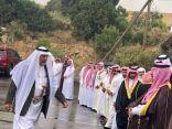 تحت زخات المطر  عبد العزيز فؤاد يحتفي بحسوة المغلبه و مصطافي منطقة عسير