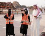 متطوعين ومتطوعات موسم الطائف: يقدمون لمسات إنسانية وتنظيم لإنسابية الزوار