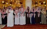 أمير الرياض يؤدي صلاة الميت على الأمير منصور بن فهد بن عبدالمحسن بن جلوي – رحمه الله-