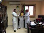 العمل بخيبر يكرم سعوديان يعملان في بيع التجزئية بسوق الجولات بخيبر