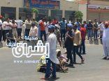 احتجاجا على عدم استلام مستحقاتهم عمالة شركة بن لادن يتجمهرون أمام المارة