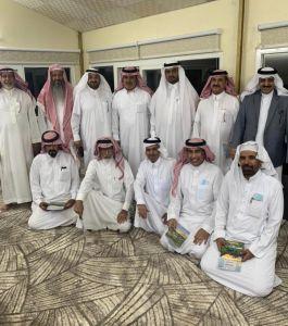 زاروا قصر حكيم العرب .. مشرفو الاجتماعيات بالباحة يكرمون زميلهم