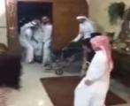 أبناء وأحفاد مُسن يستقبلونه بالزغاريد والرقصات الشعبية احتفاءً بخروجه من المستشفى