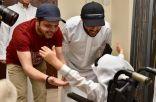 آل الشيخ ومحمد هنيدي يفاجئان طفلاً من ذوي الإعاقة