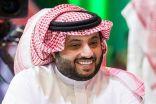 تسليم جائزة الشخصية الرياضية العربية لتركي آل الشيخ.. ويهديها لولي العهد
