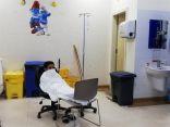 مواطن يضطر لتنويم نجله المريض على الكراسي..