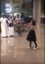 طفلة تستقبل المسافرين القادمين إلى محطة قطار الحرمين في مكة المكرمة بقصيدة