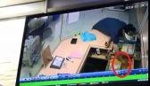 شاب يغافل موظف الكاشير بأحد المطاعم ويسرق مبلغاً من المال
