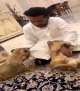 رئيس الهلال يداعب أسدين وينادي أحدهما باسم جوميز