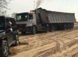 كيف تدخل ولي عهد دبي لسحب شاحنة عالقة في الرمال